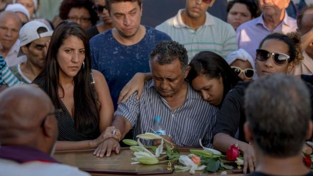 Relatives of Brazilian politician Marielle Franco pay tribute during her funeral at Caju Cemetery in Rio de Janeiro, Brazil on March 15, 2018